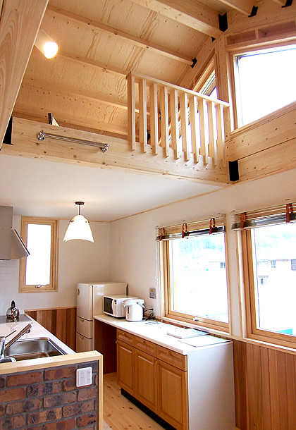 2階リビングに繋がる2階建てウッドデッキがある家