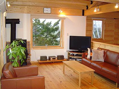 対面キッチンに家族が集い会話と自然を楽しむ家