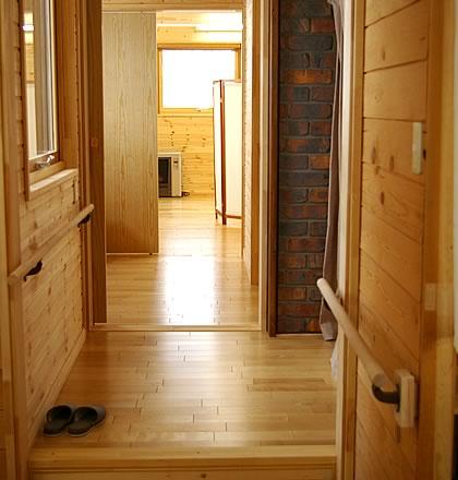 平屋建てを短期間で増築し渡り廊下で既存店舗と繋げた家