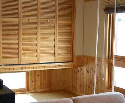 対面キッチンのタイルと塗り壁で白のディテールにこだわった家