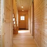 2階リビングルームのスマートなデザインが自慢の家