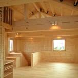 2階リビングダイニングを見渡す屋根裏部屋ロフトのある家